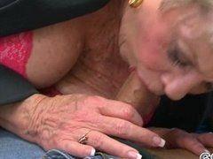 Schwanzblasende Oma