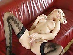 Langhaarige Blondine bei Masturbation