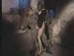 Soldat nagelt in die wollige Pussy